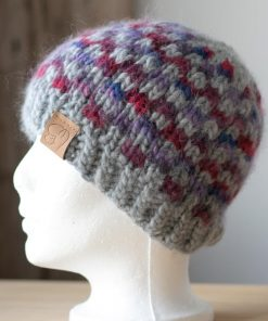 Tuque alpaga double à carreaux gris clair (couleur naturelle non teinte) et tons de violets (teint à la main) grandeur small