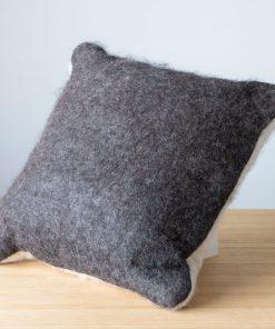 Coussin en feutre d'alpaga 16 pouces par 16 pouces carré couleur charcoal et blanc naturel