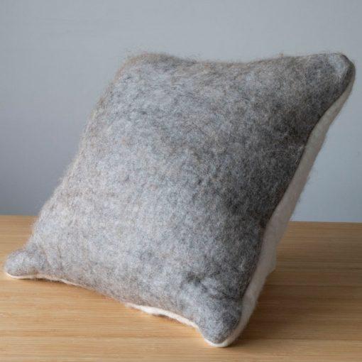 Coussin en alpaga gris clair et blanc naturel en feutre d'alpaga