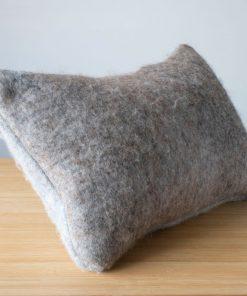 Coussin rectangulaire en feutre d'alpaga gris - couleur naturelle