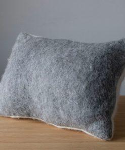 coussin feutre d'alpaga gris clair et blanc naturel forme rectangulaire