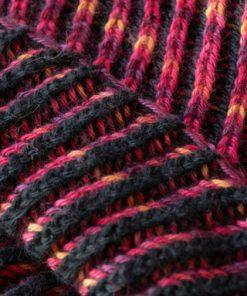 Détail cache-cou alpaga brioche 2 couleurs noir et fushia teint à la main